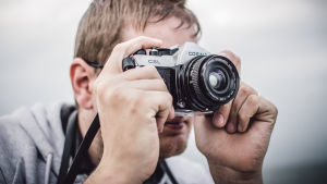 mies ottaa valokuvaa