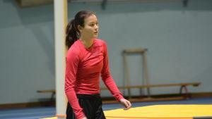 Stavhopperskan Alina Strömberg värmer upp i Botniahallen.
