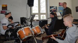 Ungdomar musicerar i Pargas.