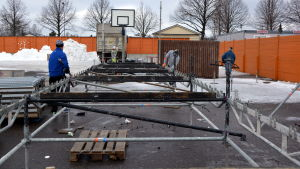 Personer som hjälpte ta ner läktarna på bandyplanen i Borgå efter finalmatchen.