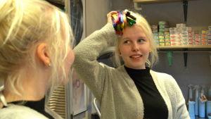 Michelle Svärd studerar till frisör.