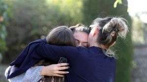 Ungdomar håller om varandra nära gymnasieskolan i Grasse där en 17-årig pojke började skjuta omkring sig den 16 mars 2017.