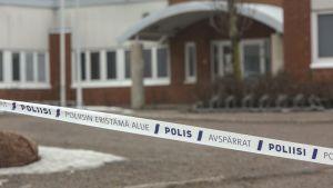 En 19-årig man miste livet i ett gruppslagsmål utanför en en hälsostation i Kotka den 19 mars 2017.