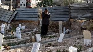 FN har anklagat Syrien för minst tre bekräftade attacker med kemiska vapen. Abu Omar al-Ghoosh förlorade 17 anhöriga i en saringasattack i Zamalka i utkanterna av Damaskus
