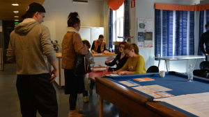 Väljare köar för att få rösta vid vallokal i Åbo.