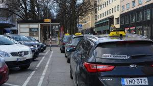 Taxibilar vid stolpen utanför Posten i Vasa.