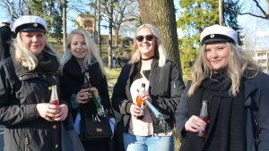 Festfolk i Vårdbergsparken i Åbo.