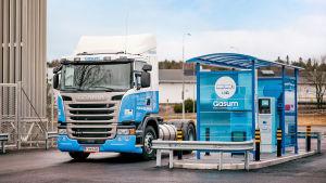 Blå gasdriven långtradare står vid tankningsstation för flytande naturgas i Åbo.