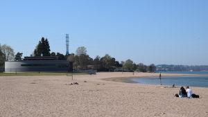 Sandvikens sandstrand är ännu tom i mitten av maj.