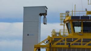 Det finns ett torn med stöpsel för hybridfärjan Elektra både på Lillmälö- och på Prostviksidan av färjepasset mellan Pargas och Nagu.