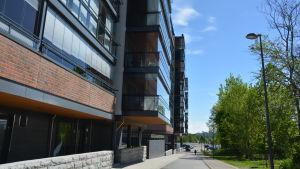 Rad av nybyggda höghus i Kuppis i Åbo.
