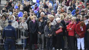 En stor folkhop har samlats på Salutorget i Helsingfors för att välkomna de nordiska kungligheterna till Finland.