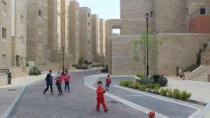Små barn leker i staden Rawabi på Västbanken.