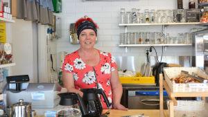 Kirsi Lagerlöf bakom café disken