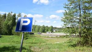 parkeringsskylt och idrottsplan