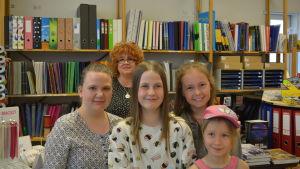 Mie och Moa Frostdahl, Linnoch Elly Wester. I bakgrunden Marina Silvan-Wasberg