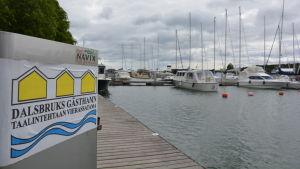 Båtar förtöjda i Dalsbruks gästhamn.