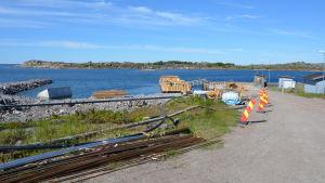 Den nya förbindelsebåtsbryggan på Utö byggs invid den gamla.