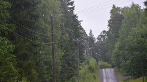 En väg med luftkablar vid sidan av vägen.
