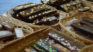 en massa olika chokladplattor med olika innehåll