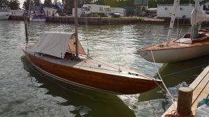 En förtöjd segelbåt