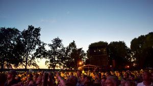 En publik på 5000 människor på julifestivalen i Ekenäs.