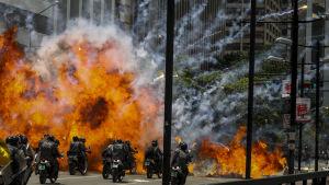 Åtminstone sju poliser skadades då deras motorcykelkonvoj träffades av någon typ av sprängladdningar i Caracas 30.7.2017.