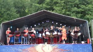 musikgrupp på scen
