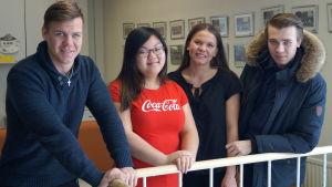 Leevi Leipälä, Matilda Korkiala, Cecilia Brandt och Herman Hagnäs studerar i Karleby svenska gymnasium.