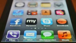 Närbild på en mobilskärm. På skärmen syns ett antal appar.