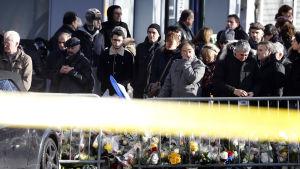 Sörjande vid den judiska butiken i Paris där fyra personer miste livet i ett gisslandrama.