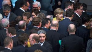 Förbundskansler Angela Merkel omgiven av parlamentariker efter omröstningen i förbundsdagen 27.2.2015 om stödpaketet till Grekland
