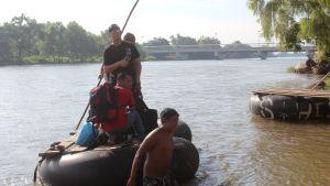Kubanska flyktingar vid gränsen mellan Guatemala och Mexiko. Kubanerna försöker ta sig till USA där de behandlas betydligt bättre än andra flyktingar från Latinamerika