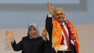 Binali Yildirim och hans hustru Semiha på partikongressen i Ankara