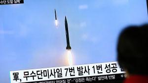 Sydkoreansk tv rapporterar om nordkoreanskt missiltest, på tv-bilden två missiler som flyger uppåt.