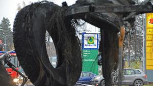 Brandskadat däck och fälg