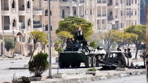 Den syriska armén fortsätter sin framryckning och hotar nu att dela rebellkontrollerade östra Aleppo i två delar