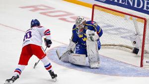 David Kämpf försöker överlista Johan Gustafsson.
