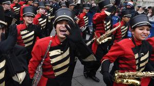 London värmer upp inför nyår med ett marscherande band på Trafalgar Square.