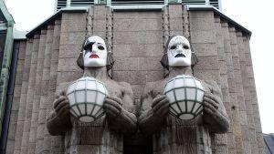 Lyktbärarna på Helsingfors centralstation fick Kiss-masker den 28 april 2017.