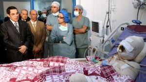 Muhammed Bouazizi, frukthandlaren som tände eld på sig själv i Tunisien ligger på sjukhuset.