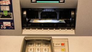Sedlar lyfts i bankomat