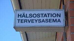 Skylt utanför hälsostationen i Ingå.