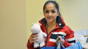 Angelina Davini med ett kramdjur i handen.