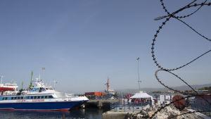 En grekisk färja som transporetrar flyktingar från Grekland till turkiet anländer till hamnen Dikili i Izmir, Turkiet.
