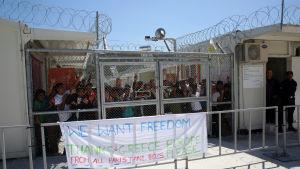 """""""Vi vill ha frihet"""" står det på en banderoll medan internerade i flyktinglägret i Moria på Lesbos skanderar """"Frihet!"""""""