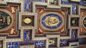 Vacker kyrklig takmålning.