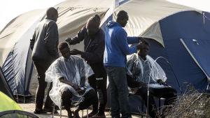 Sudanesiska flyktingar i flyktinglägret i Calais på söndagen 23.10.2016