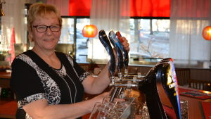 Seija Klemetti slår upp ett par stop öl.