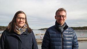 Marinbiologerna Anna Jansson och Christoffer Boström på en brygga i Korpoström